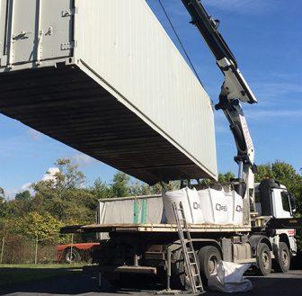 Livraison et déchargement de conteneur frigorifique IceCubner par grue